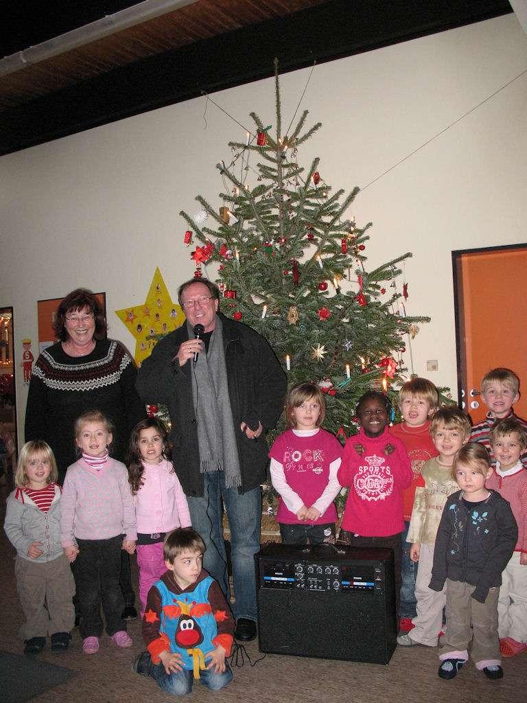 Freudestrahlend umringen die Kinder ihren neuen Schatz Frau Ursula Kurowski mit Hans-Jürgen Hugenschmidt (Hintergrund)