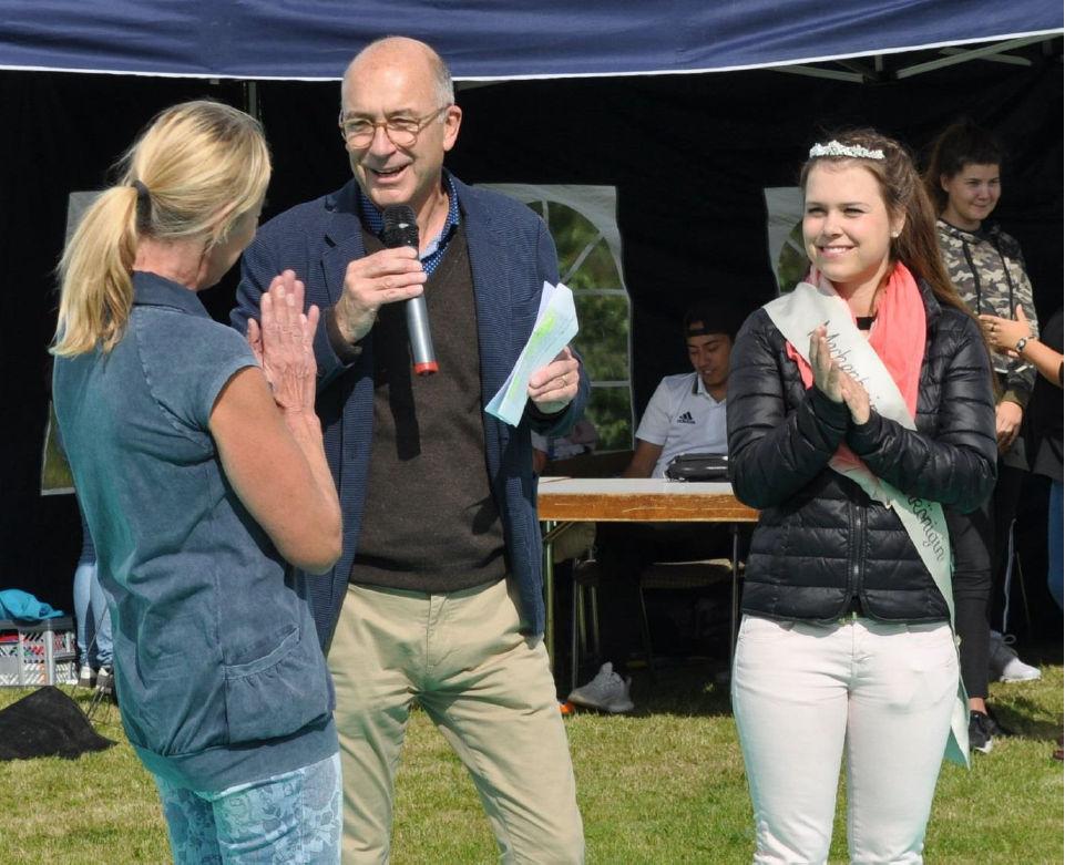Bert Spilles er/ouml;ffnet mit Hanna Esser und der Blütenkönigin Lea Schoenenberg das Spiel- und Sportfest