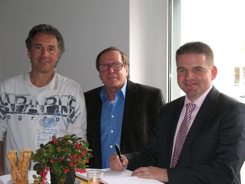 Der 1. Beigeordnete der Stadt Meckenheim, Holger Jung (re), mit Hans-Jürgen Hugenschmidt (Mitte), und Hausherr Christoph Weyer (lks)