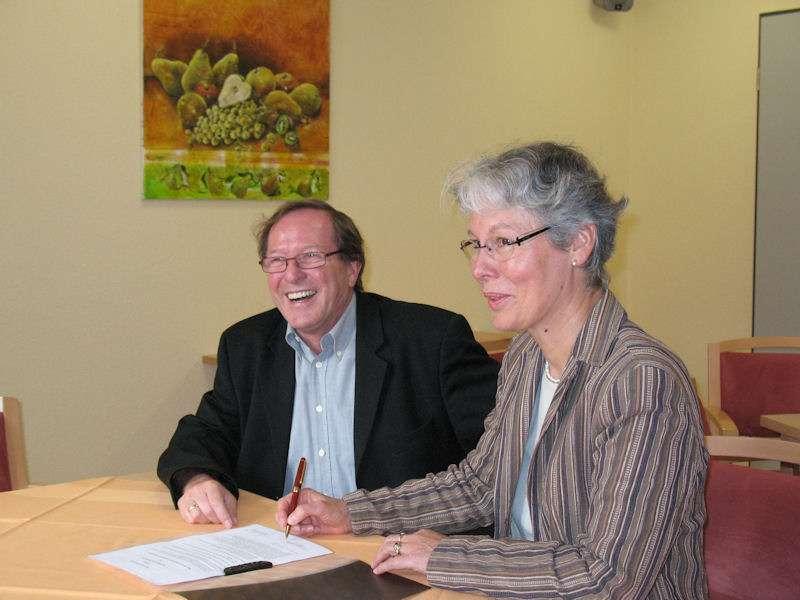 Der 1. Vorsitzende des VFG Meckenheim, Hans-Jürgen Hugenschmidt, und die Pflegedienstleiterin des Johanneshauses, Lisa Wald-Weiden, unterzeichneten den Kooperationsvertrag
