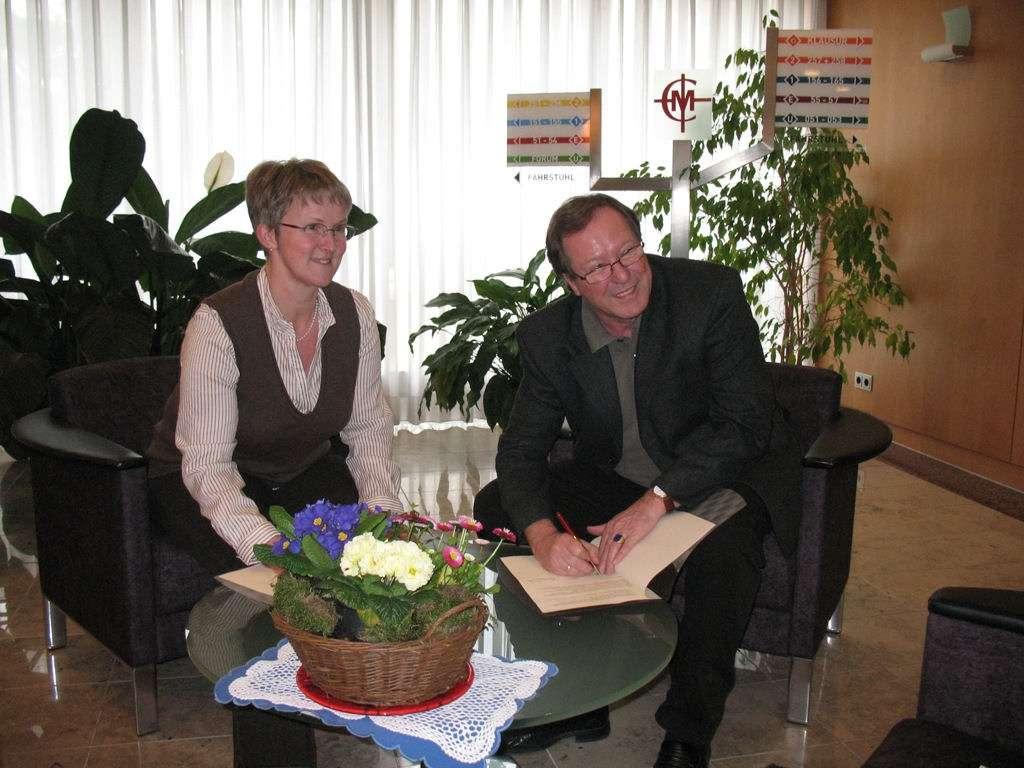 Ingrid Gierich und Hans-Jürgen Hugenschmidt (rechts) besiegeln die Zusammenarbeit