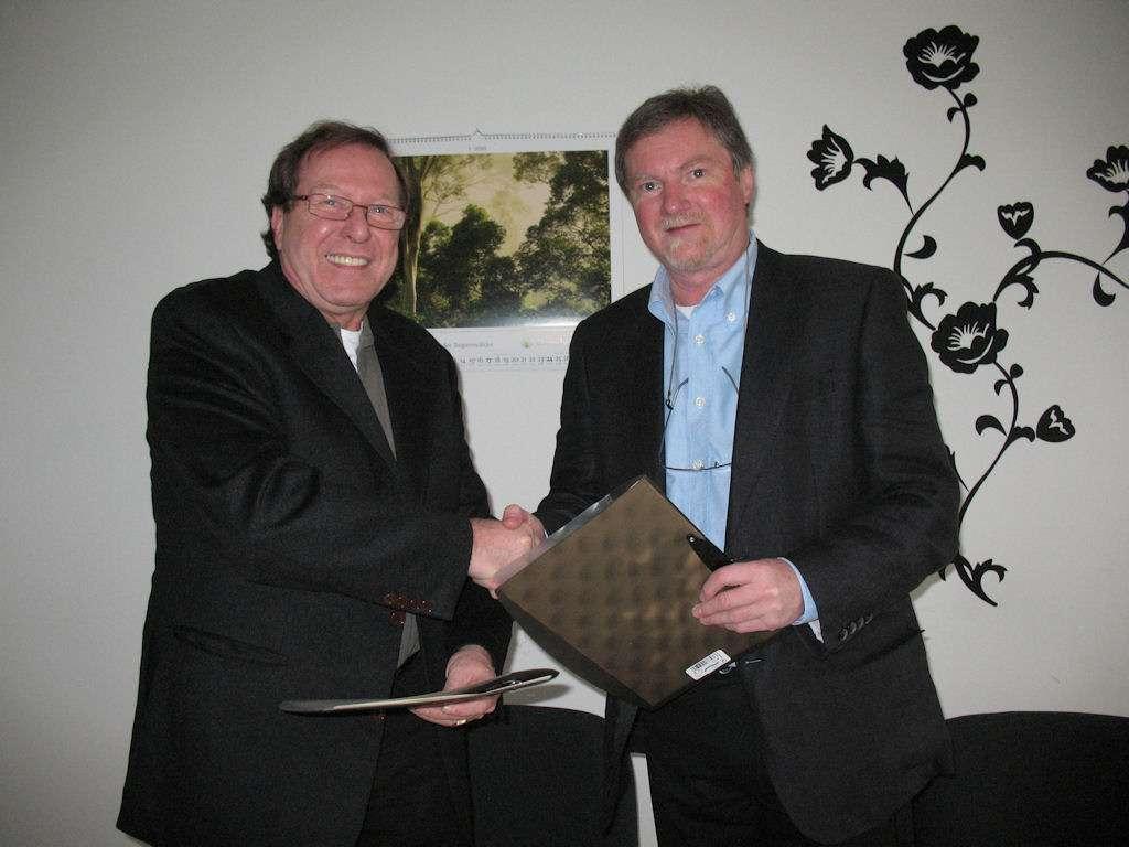 Hans-Jürgen Hugenschmidt (links) und Wolfgang Wittland besiegeln die Zusammenarbeit
