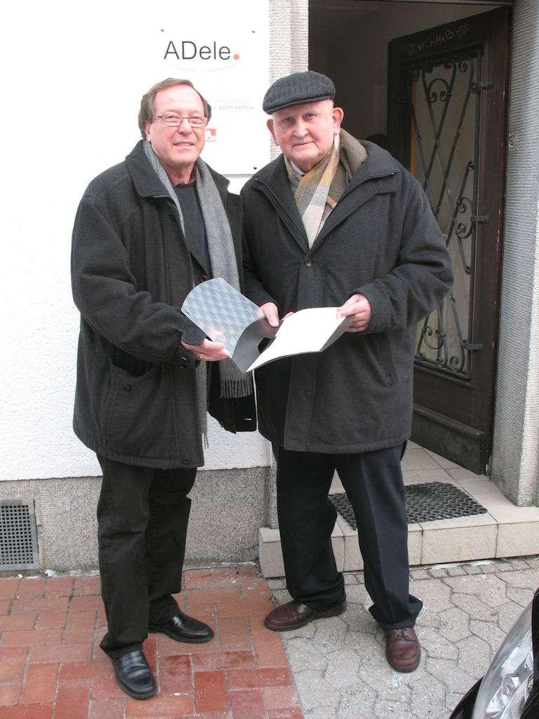 Nach erfolgter Unterschrift präsentieren sich Hans-Jürgen Hugenschmidt (links) und Clemens Bruch dem Fotografen