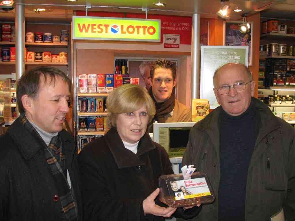 v. l: Jürgen Rausch, Westlotto; Bundestagsabgeordnete Ulrike Merten (SPD); Martin Ruland, Inhaber Lotto-Annahmestelle Meckenheim;  Dr. Rainer Goldammer, AbtLtr Behindertensport VFG Meckenheim